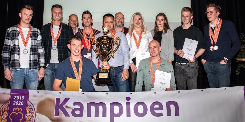 Kampioensbokaal: het team van Vincent Nollen uit Hengevelde